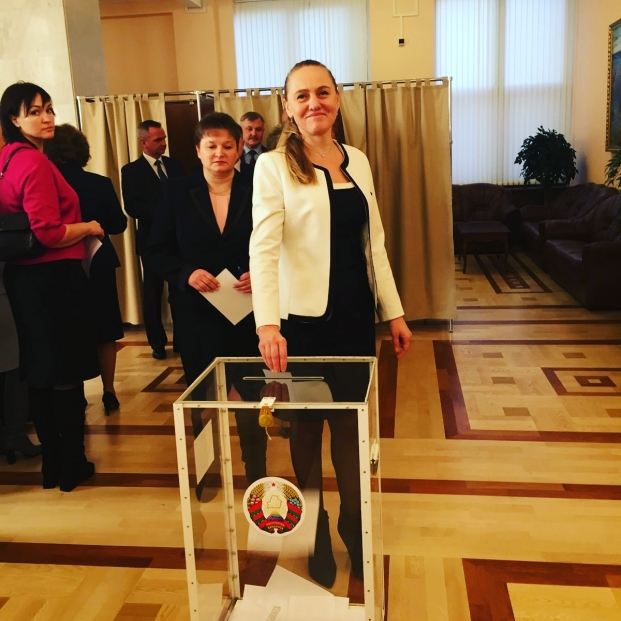 Депутаты голосуют за  спикера
